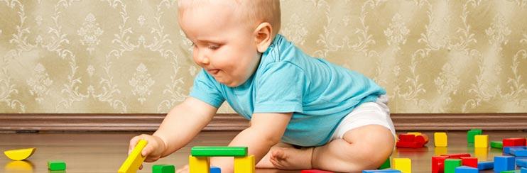 20 einfache Spielideen für Babys ab 8 Monaten gemeinsam lernen