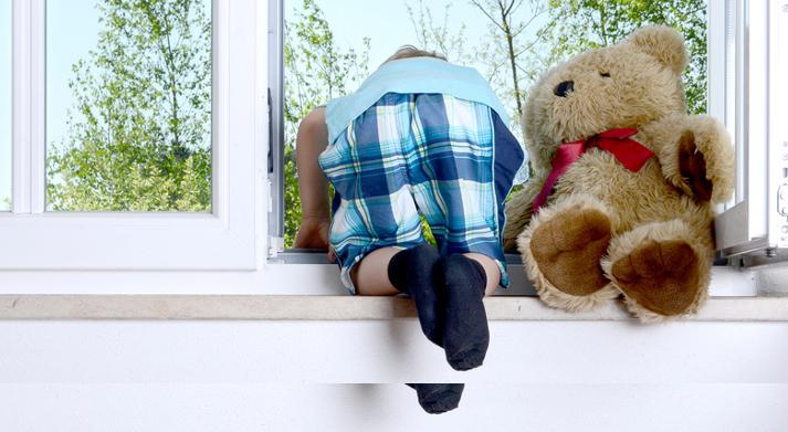 eine kindersichere wohnung worauf muss man achten. Black Bedroom Furniture Sets. Home Design Ideas