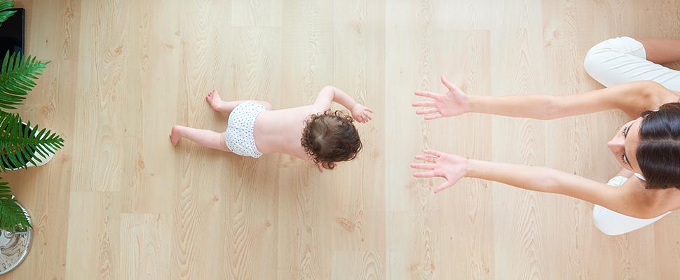 baby krabbeln ab wann babys krabbeln lernen wie beibringen. Black Bedroom Furniture Sets. Home Design Ideas